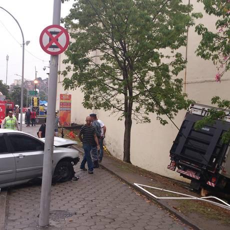Caminhão bate em muro do Batalhão de Choque após acidente Foto: Gabriel Cariello / O Globo