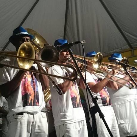 Integrantes da banda do Cordão do Bola Preta tocam clássicos de marchinhas e de samba na praia de Ipanema Foto: Flora Rangel