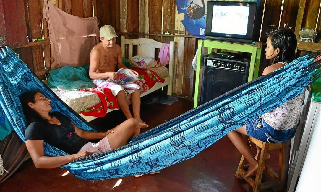 À espera. Em Manaus, capital com o maior déficit relativo do país, Marli (na rede) sonha com o dia em que ela, o marido, Rodrigues, e os três filhos vão ter uma casa de alvenaria Foto: Nathalie Brasil