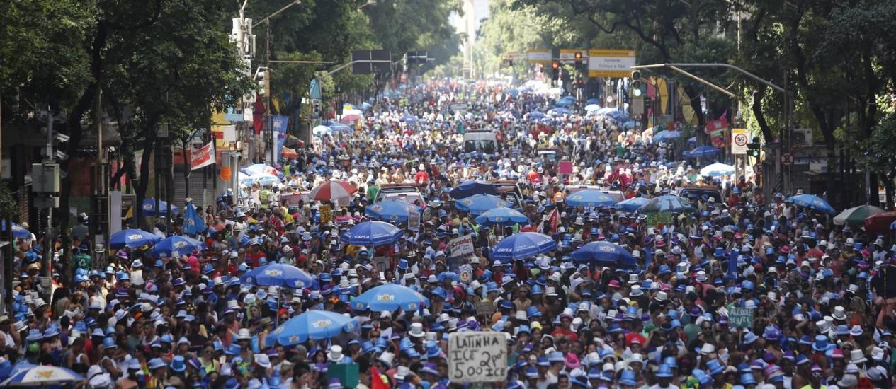 Monobloco toma a Avenida Rio Branco, no Centro Foto: Felipe Hanower / O Globo