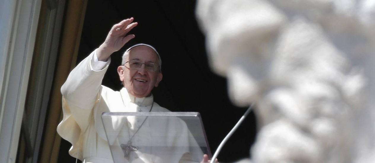 Papa Francisco acena para a multidão na Praça de São Pedro, no Vaticano Foto: MAX ROSSI / REUTERS