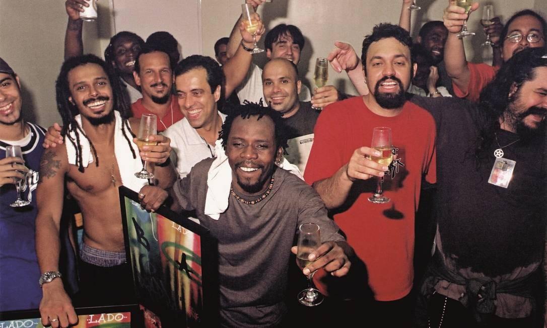 Em 1998, comemoração no camarim quando O Rappa recebeu o disco de ouro pelas vendas de Lado B Lado A Divulgação