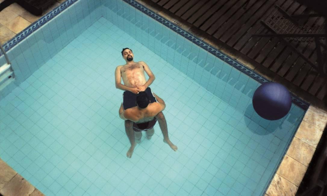Sessões de watsu, com Marcelo Nabuco, no longo tratamento para aumentar sua mobilidade Foto: Divulgação