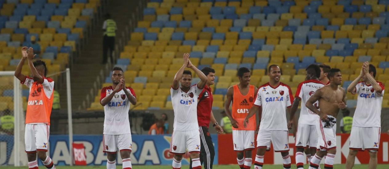 Torcedores do Flamengo saúdam a torcida após a vitória sobre o Botafogo que valeu a Taça Guanabara Foto: REGINALDO PIMENTA / Agência O Globo