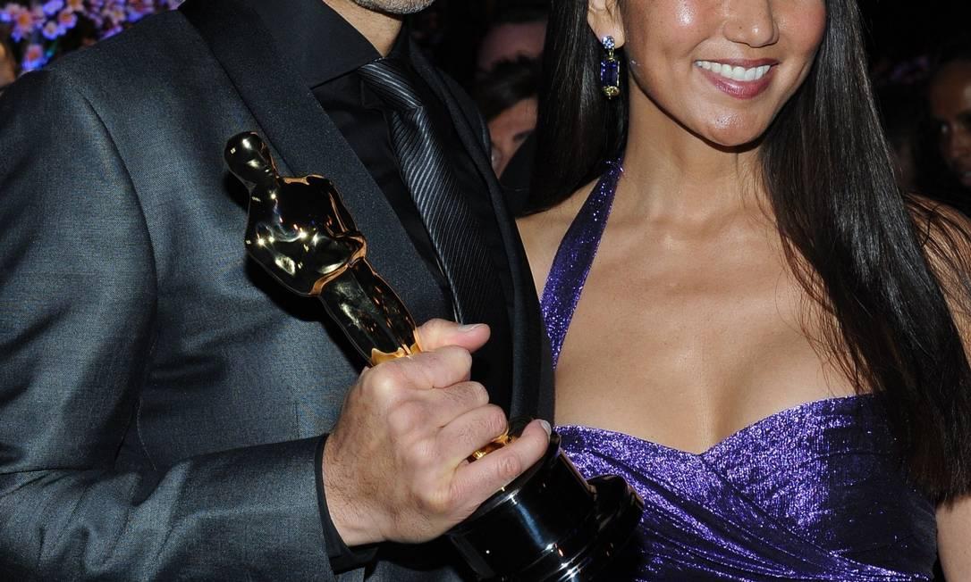 John Ridley posa ao lado de sua esposa, Gayle Ridley, após ganhar o Oscar de melhor roteiro adaptado Foto: VALERIE MACON / AFP