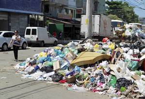 De acordo com a Comlurb, a Zona Oeste ainda é o local com a maior acúmulo de resíduos. Na foto, a montanha de lixo em Rio das Pedras Foto: Marcelo Piu / O Globo