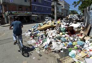 Com o fim da greve dos garis, a coleta de lixo e a limpeza das ruas começaram a ser normalizadas na cidade, mas em vários pontos, como em Rio das Pedras, ainda há muitos dejetos Foto: Marcelo Piu / O Globo