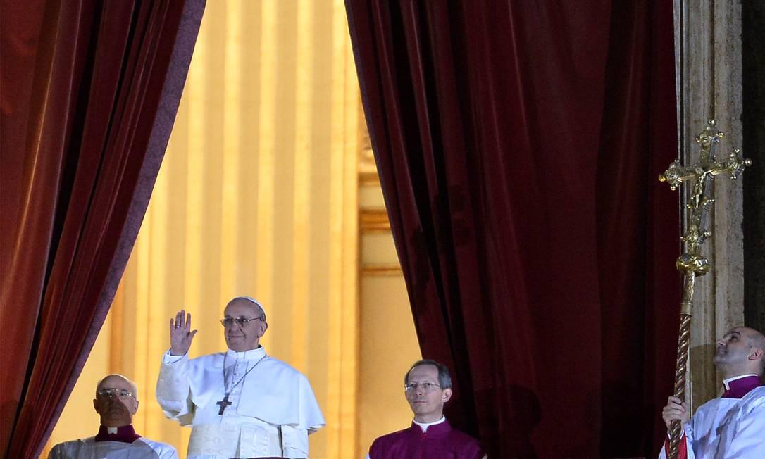 Papa Francisco em sua primeira aparição como Pontífice, em 13 de março de 2013. Bergoglio é o primeiro papa latino-americano AFP