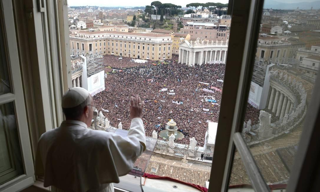 O recém-eleito Papa Francisco aparece na janela que dá para a Praça de São Pedro em 17 de março. Seu estilo simples e direto ajudou a atrair os católicos Foto: REUTERS
