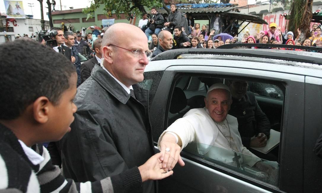 Visita do Papa Francisco a comunidade da Varginha, em Manguinhos, no Rio de Janeiro: janelas abertas para falar com os brasileiros Foto: Agência O Globo
