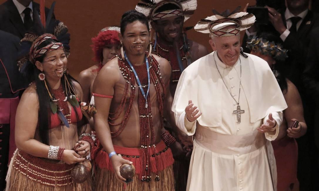 O Papa recebe índios durante a Jornada Mundial da Juventude, no Theatro Municipal do Rio de Janeiro. A visita ao Brasil foi a sua primeira viagem internacional Foto: Agência O Globo