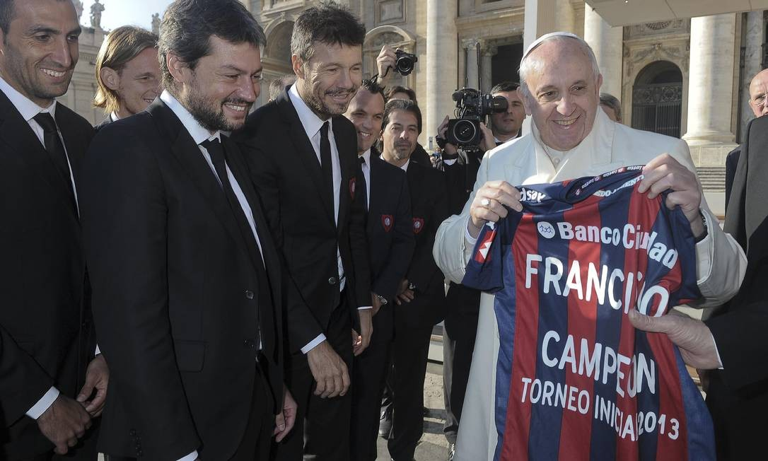 Francico segura a camisa do time argentino San Lorenzo, pelo qual torce, na Praça de São Pedro. Essa foi feita especialmente para o Pontífice Foto: Reuters-18-12-2013