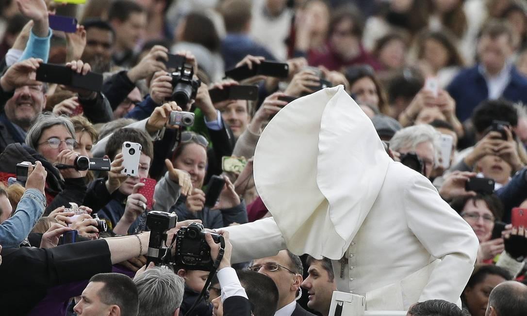 Vento não dá trégua e levanta parte da roupa do Papa quando ele chega para uma audiência geral na Praça de São Pedro, no Vaticano Foto: Reuters-19-2-2014