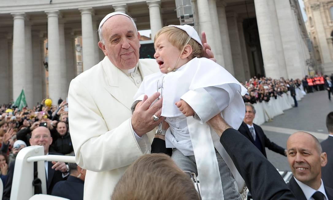 Francisco saúda uma criança vestida de papa na Cidade do Vaticano: bom humor e proximidade com os fiéis Foto: 26-2-2014
