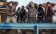 Homens são revistados por forças de segurança não identificadas na Crimeia