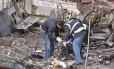 Peritos examinam destroços