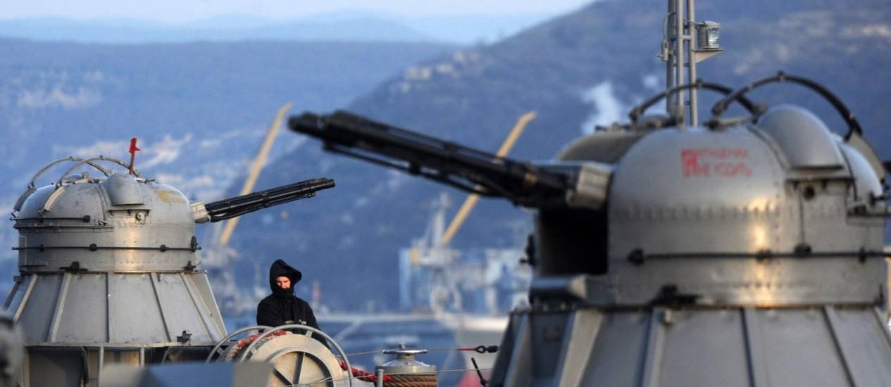 Marinheiro russo em um navio no porto de Sebastopol Foto: VIKTOR DRACHEV / AFP