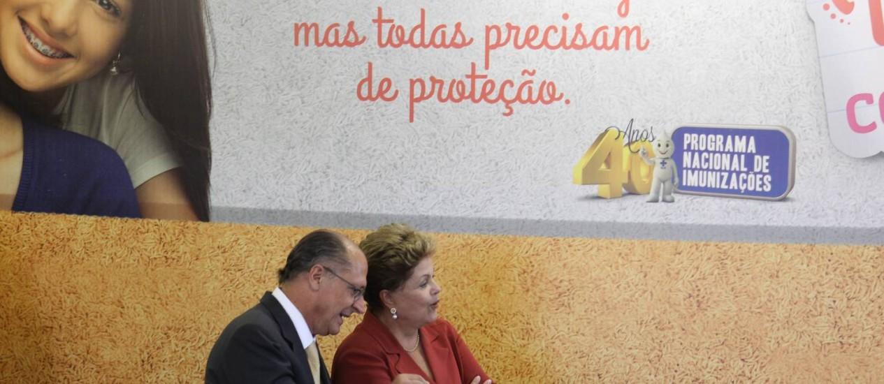 Presidente Dilma Rousseff acompanhada do governador de São Paulo, Geraldo Alckmin, lança campanha de vacinação do HPV Foto: Marcos Alves/10-3-2014 / O Globo