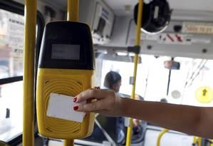 Passageiro paga a passagem com o Bilhete Único Carioca Foto: Felipe Hanower - 15/04/2013 / Agência O Globo