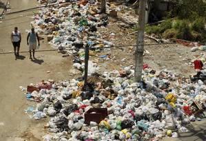 A Praça São Lucas, na Penha, repleta de lixo quatro dias após o fim da greve dos garis Foto: Gabriel de Paiva / Agência O Globo