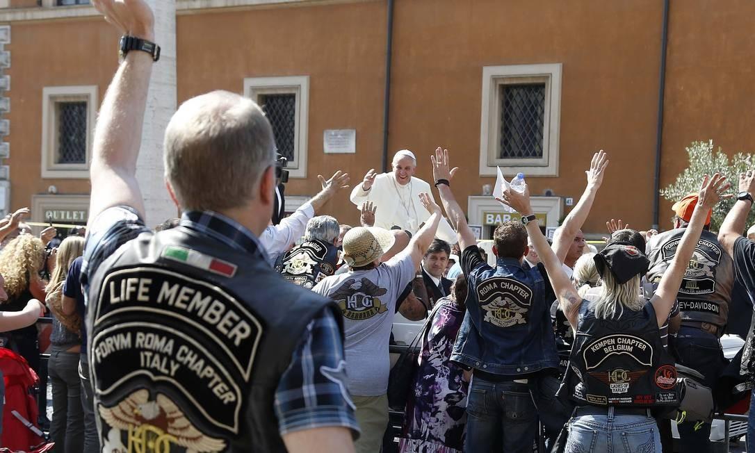 Em um momento inusitado, o Papa argentino abençoa motociclistas que foram a Roma para um encontro da Harley-Davidson nas proximidades do Vaticano Foto: STEFANO RELLANDINI / REUTERS