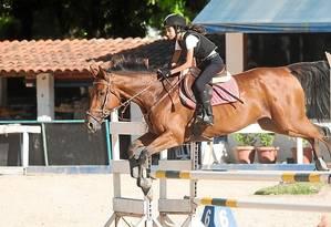 Salto. Maria Eduarda Cordeiro, de 12 anos, ganhou um cavalo de sua mãe para treinar Foto: Bárbara Lopes / Bárbara Lopes