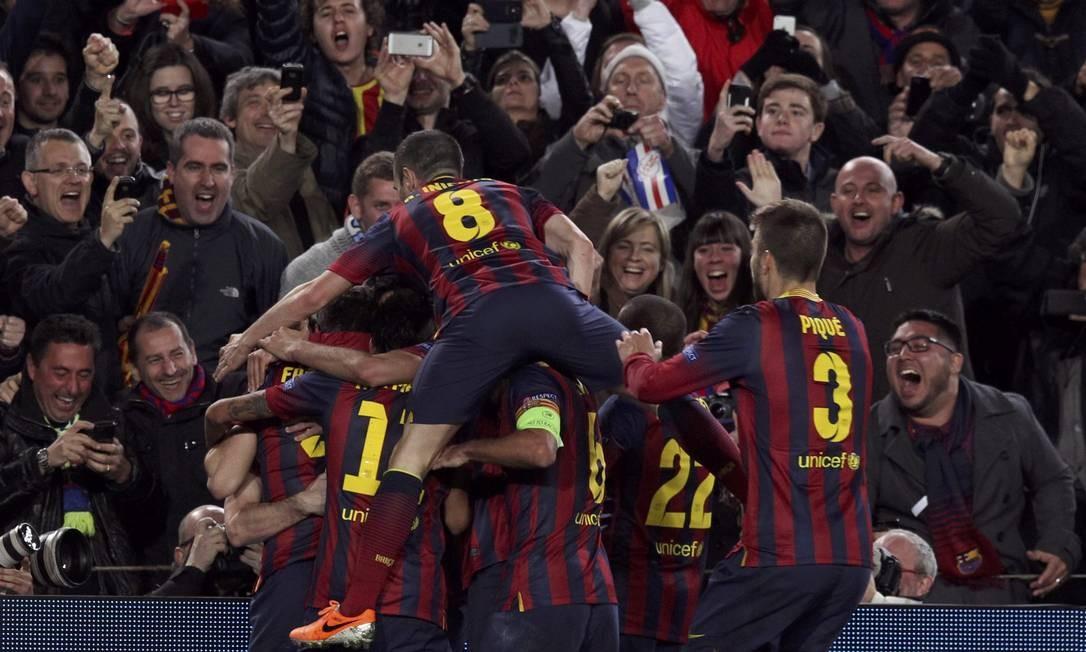 Jogadores do Barcelona festejam um dos gols na vitória por 2 a 1 sobre o Manchester City no Camp Nou: vaga nas quartas de final da Liga dos Campeões da Europa Foto: GUSTAU NACARINO / REUTERS