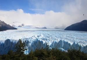 Com uma área maior que a da cidade de Buenos Aires, a geleira Perito Moreno é a mais conhecida do Parque Nacional Los Glaciares, em El Calafate Foto: Eduardo Maia / O Globo