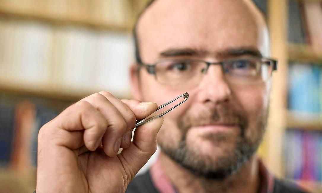 O pesquisador Graham Pearson mostra a ringwoodita Foto: Divulgação