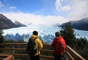 Turistas na geleira Perito Moreno, em El Calafate, na Argentina Foto: Eduardo Maia / O Globo