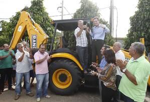 O ministro da pesca Marcelo CrivelLa entrega tratores para prefeituras do Noroeste Fluminense Foto: Pablo Jacob / Agência O Globo
