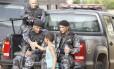 Menino cumprimenta policiais durante a ocupação