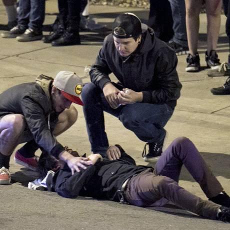 Homens ajudam ferido após atropelamento que deixou dois mortos no festival SxSW, em Austin, Texas Foto: Jay Janner / AP