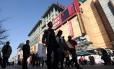 Consumidores em distrito de shoppings em Pequim: vendas no varejo em janeiro e fevereiro subiram 11,8%, enquanto analistas esperavam 13,5%