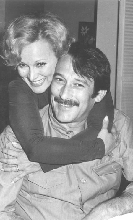 A parceria no palco acompanhou o casal ao longo de toda a vida. Na foto, os dois aparecem nos bastidores da peça 'O prisioneiro da segunda avenida', de 1974 Foto: Arquivo