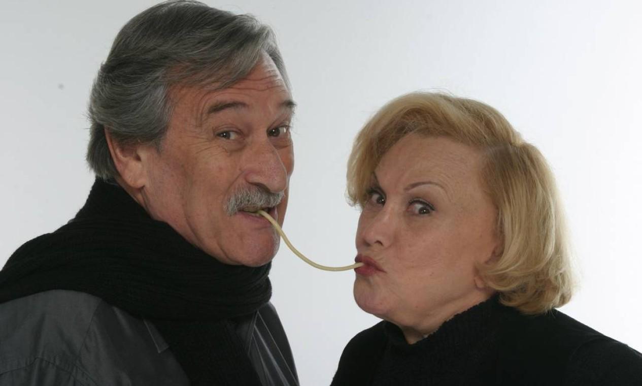 Quando completaram 50 anos de casamento, os atores estavam em cartaz com o espetáculo 'Sábado, domingo e segunda'. Na foto, eles repetem a clássica cena do desenho 'A dama e o vagabundo' Foto: Vera Donato / Divulgação