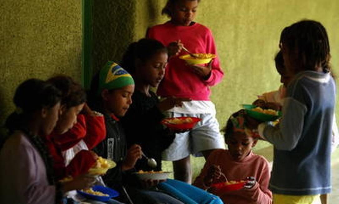 Lavadeiras do Vale do Jequitinhonha (MG) foram beneficiadas pelo programa Bolsa Família, condicionando a ajuda financeira à frequência escolar das crianças Foto: Michel Filho/11-8-2006