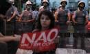 Manifestantes contra a Copa do Mundo estão concentrados no Largo da Batata, em Pinheiros Foto: Marcos Alves / Agência O Globo