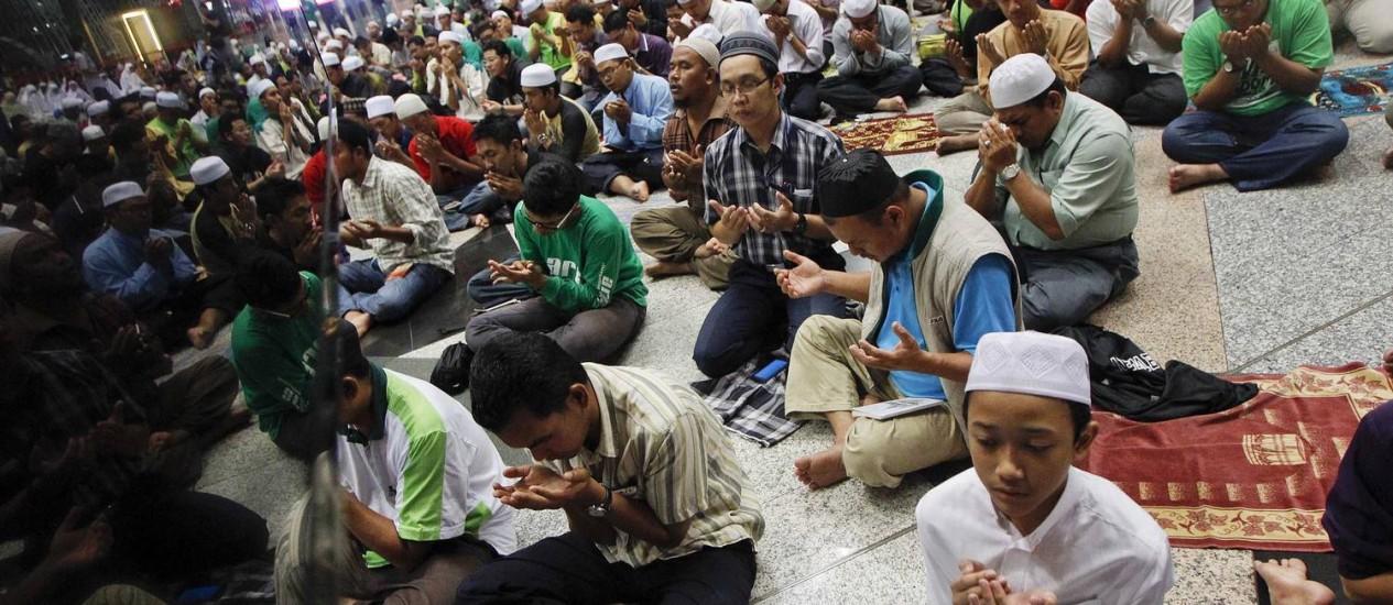 Muçulmanos fazem oração parapassageiros do avião desaparecido Foto: EDGAR SU / REUTERS