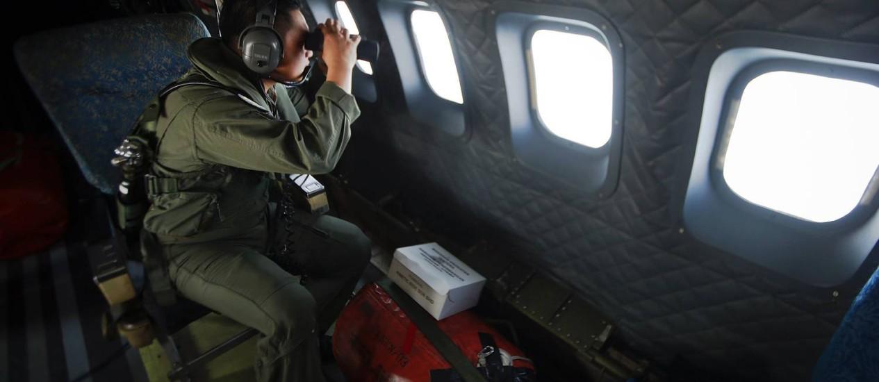 Membro da Força Aérea da Malásia durante uma operação de busca Foto: SAMSUL SAID / REUTERS