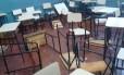 Cadeiras bagunçadas e quebradas por alunos que trancaram professores