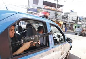 Policiais reforçaram o patrulhamento no Parque Proletário nesta sexta-feira Foto: Márcia Foletto / Agência O Globo
