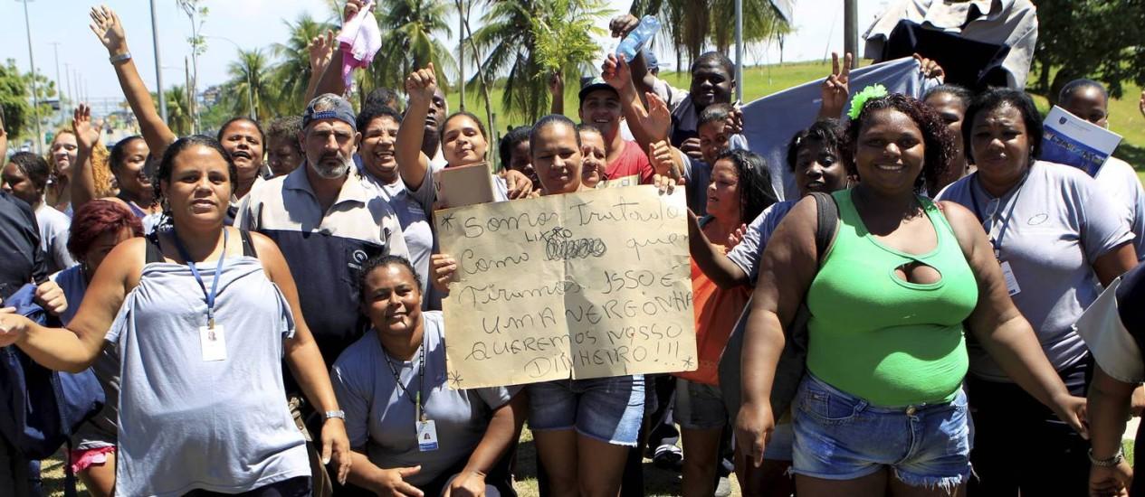 Manifestação fecha acesso à Linha Amarela, no Fundão Foto: Marcelo Piu / Agência O Globo