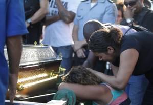 Amigos e familiares se despdem do aspirante a oficial Leidson Acácio Alves, de 27 anos, em Sulacap Foto: Urbano Erbiste / Agência O Globo