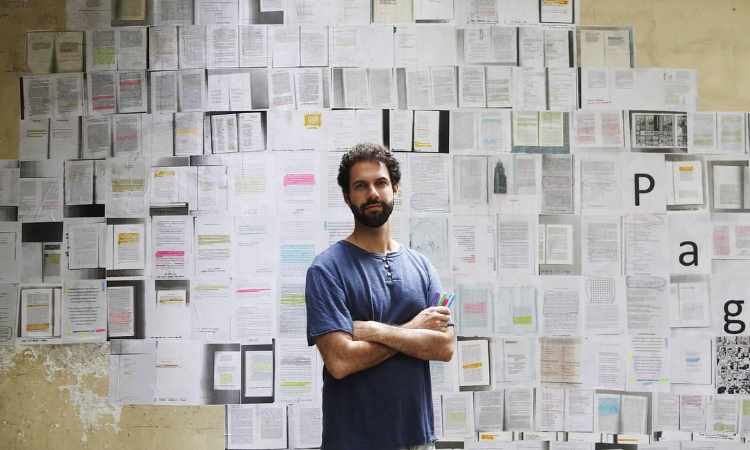 O escritor e tradutor Leonardo Villa Forte, autor da obra, pediu que cerca de 20 amigos escolhessem e xerocassem passagens de seus livros preferidos Foto: Camilla Maia / Agência O Globo