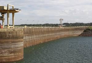 Usina hidrelétrica de Marimbondo em Fronteira (MG) estava com nível de água muito baixo em março de 2014 Foto: Michel Filho / Agência O Globo