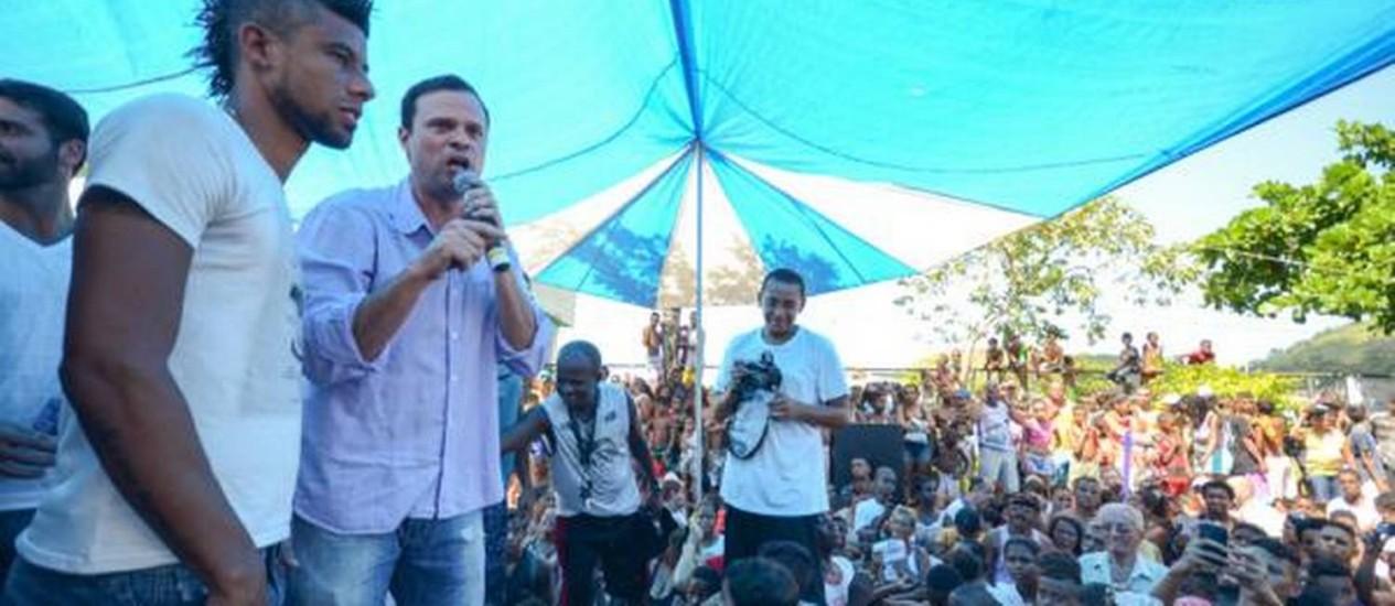 Léo Moura esteve na Vila Kennedy neste sábado, ao lado do Secretário de Esportes e Lazer - Foto: Divulgação