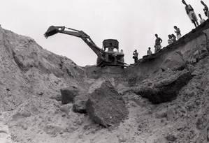 Escavações foram feitas na praia do Recreio, em 1987, em busca da ossada de Rubens Paiva, mas agentes do Exército já o tinham desenterrado, em 1973, e o levado de lancha para alto mar Foto: Guilherme Pint0/6-2-1987