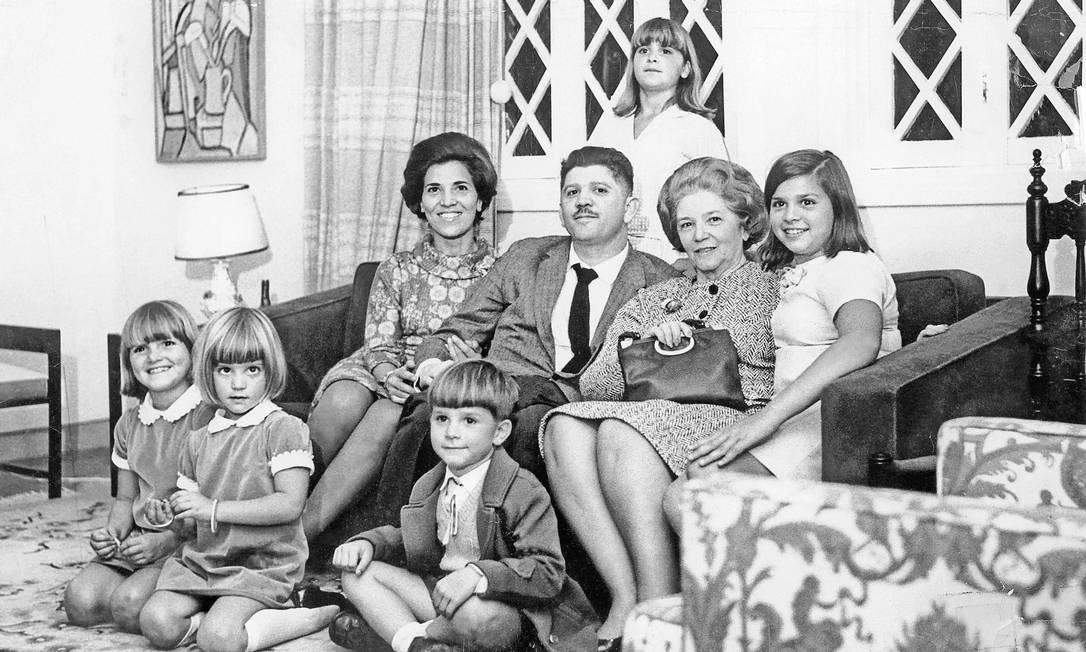 Família marcada. Sentados, Eunice e Rubens, ao lado de sua mãe, D. Aracy, e Vera, Atrás em pé, Eliana. No chão da esquerda para direita, Ana Lúcia, Maria Beatriz e Marcelo Foto: Terceiro / Arquivo de família