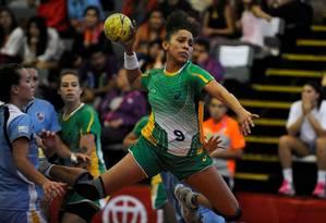 A central Ana Rodrigues durante a final do handebol feminino, contra o Uruguai Foto: Pablo Ovalle / Divulgação